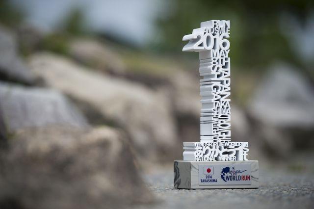 受賞者の名前がデザインされたトロフィー